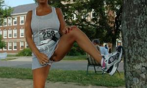 В парке ногу вверх задрала и шорты сдвинула в сторону