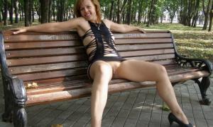 В сексуальном платье сидит на лавке все достоинства на показ