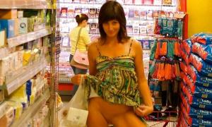 Жена показала свою писю в супермаркете
