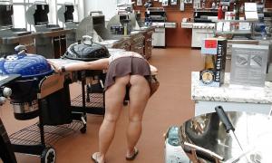Жена выбирает гриль в магазине