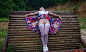 Жёнушка подняла кверху юбку