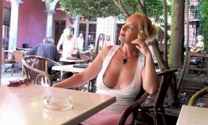 Замечталась сидя в летнем кафе засветила грудь