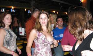 Засветила большую грудь перед людьми в баре
