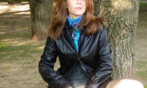 Засветила киску в парке за деревом