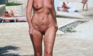 Зрелая голая тётя на нудистском пляже