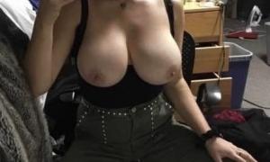 Аппетитная грудь красотки на снимке через зеркало фото