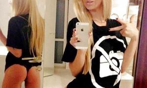 Блондинка в сексуальных трусиках фоткает себя фото