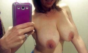 Большие сиськи обнажила в туалете делает селфи фото