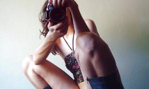 Девушка писает и делает селфи фото