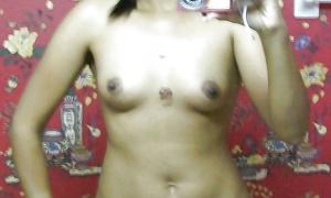 Голая темнокожая перед зеркалом фото