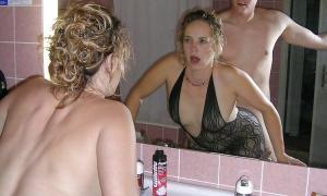 Раком в ванной комнате трахает жену и делает через зеркало селфи фото