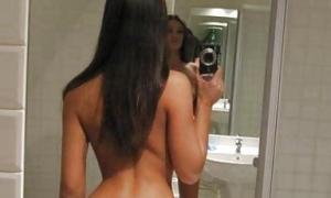Селфи брюнетки в сексуальных трусиках фото