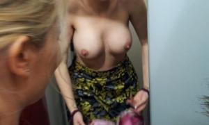 Селфи голой блондинки в примерочной фото