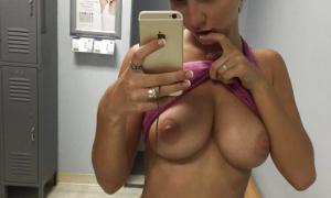 Скромница грудь обнажила и делает селфи фото