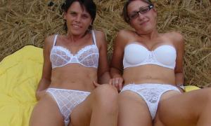 Две деревенские женщины в нижнем белье на сеновале