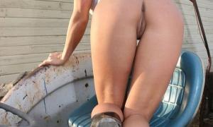 Ковбойша без штанов на тракторе блистает аппетитной попой