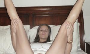 Без трусов ноги вверх задрала на кровати фото
