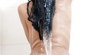 Брюнетка под душем фото