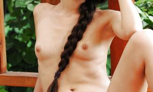 Девушка с длинной косой и мясистой киской фото