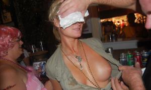 Друзья на пьяной вечеринке подсматривают под блузку твоей жены фото