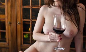 Голая с бокалом вина фото