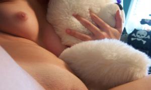Голая с плюшевым мишкой фото