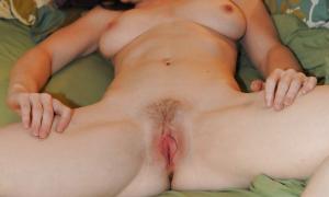 Голая жена показывает свои расстянутые малые половые губки фото