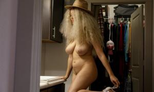 Голая жена с большими дойками и в прикольной шляпе фото
