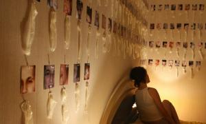 Коллекция использованых ухажерами гандонов на стене в комнате девушки фото