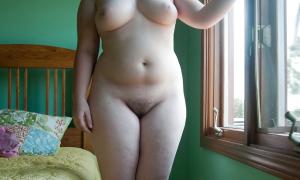 Молодая пышка у окна фото