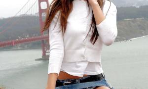 На фоне моста без трусов азиатка куколка сидит без трусов под юбкой фото