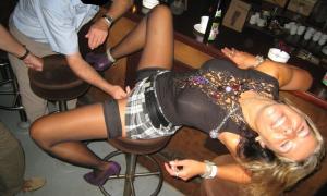 Незнакомец в баре трогает твою пьяную жену между ног фото
