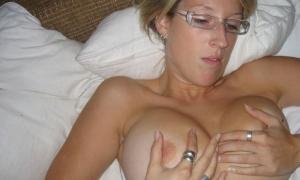 Она и сама любит трогать руками свою налитую пышную грудь фото