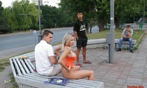 Парни глазеют на девку которая раздевается перед ними фото