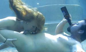 Под водой мужик пьет пиво а подружка делает минет фото