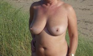 Пышка жена обнажилась на улице сверкая дойками и волосатой писечкой фото