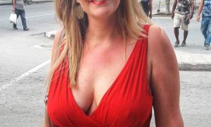 Сисястая жена без лифчика под платьем привлекает к себе внимание мужчин