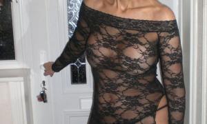 Собралась на ночную прогулку в своём прозрачном сексуальном платье фото