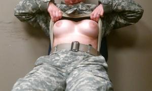 Военнослужащая обнажила грудь фото