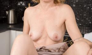 Жена на кухне голая с бритой пиздой фото