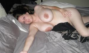 Жена с большими дойками отдыхает после секса фото