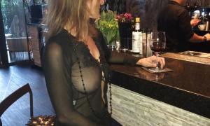 Жена снимается за барной стойкой выставив на показ большую грудь фото