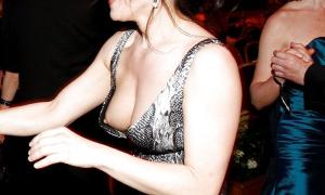 Жена танцует с другом и светит грудью через глубокое декольте фото