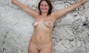 Жена зрелка впервые обнажилась на улице фото