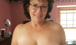 Зрелая жена обнажила ещё прекрасную грудь фото
